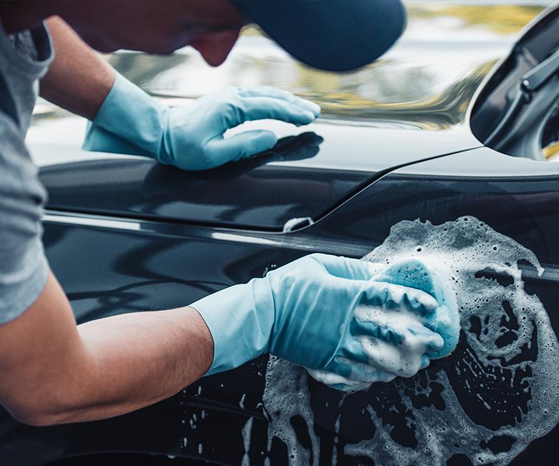 Como lavar o carro corretamente: dicas para economizar